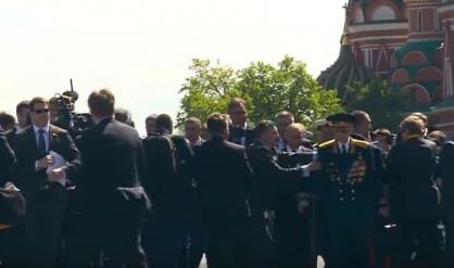 حراس بوتين يظهرون فجأة ويدفعون ضابطاً من أمامه أثناء سيره مع نتنياهو..