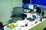 معاقبة موظف بسبب مغادرة مكتبه ثلاث دقائق قبل الوقت القانوني